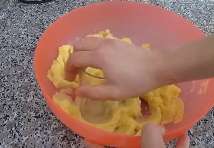 patatesleri eziyoruz