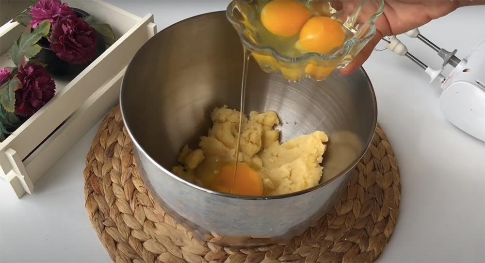 yumurtaları teker teker ekleyerek çırpıyoruz